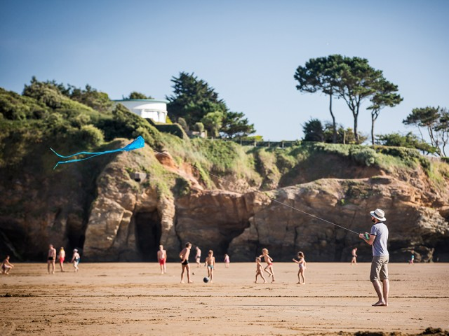 Jeux et cerf volant sur la plage