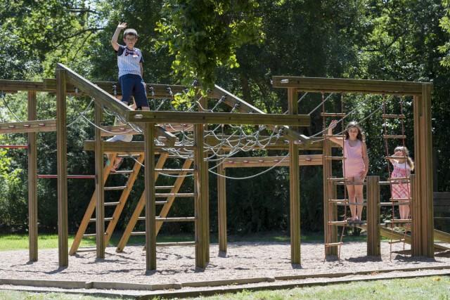 Aire de jeux au Jardin des Lakas