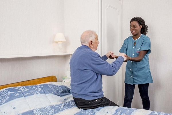 ADHAP SERVICES aide à domicile seniors, aide au lever