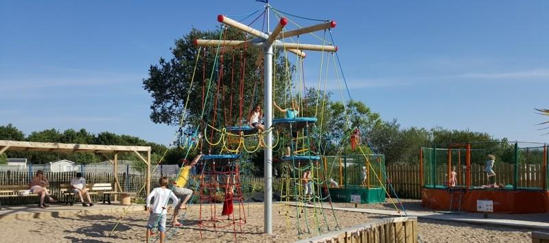 Aire de jeux pour les enfants Camping Domaine de la Baie Dorée à Bourgneuf