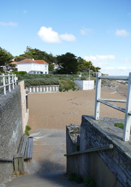 Descente d'escaliers vers la plage de Port-Meleu, prefailles, plage, cabines,