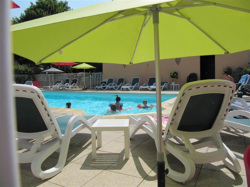 Espace détente piscine, Camping le Hameau du Lac à Bourgneuf