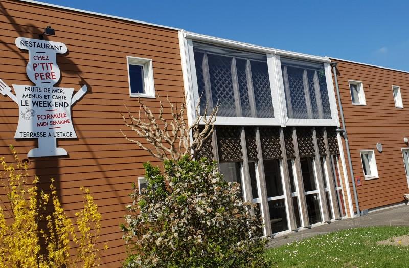 Façade extérieure, restaurant le Colvert Chez P'tit Père à Fresnay