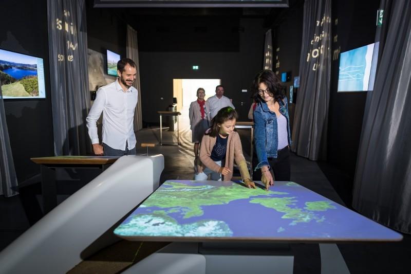 Scénographie Centre de Découverte Terre d'Estuaire avec visiteurs
