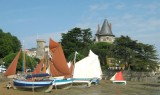 Vue générale du château avec échouage de bateaux traditionnels par Coques en Bois