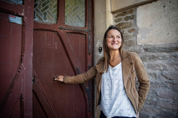 Andréa empruntant la porte d'entrée du chateau