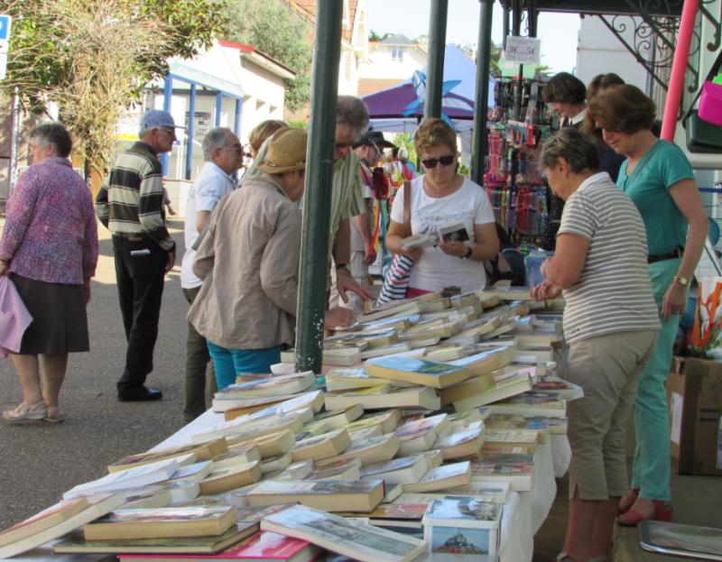 Brocante de livres de la bibliothèque, préfailles, marché de printemps,