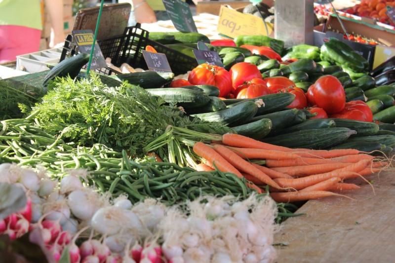 la plaine-sur-mer, marché, marché alimentaire, saison, été, jeudi, parking de la poste, produits frais, légumes, fruits, poulet, poisson