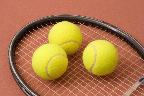 Raquette et balle de tennis