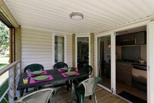 Terrasse, salon de jardin camping avec piscine proche mer et plage